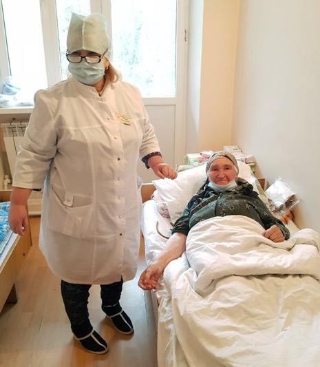 Медсестра Индира БАЙРАМУКОВА у кровати только что «откапавшейся» больной