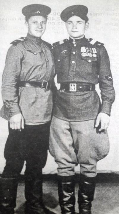 Василий Захарович ВАРИЧЕВ (справа) с боевым товарищем