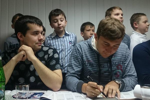Ян Непомнящий (слева) вместе с Сергеем Карякиным во время пресс-конференции на встрече с шахматистами Кавминвод в шахматном клубе «Маэстро». Кисловодск, 2017 год