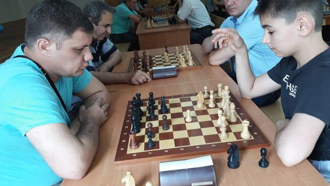 Альберт ШАМАНОВ (слева) на одном из турниров в гимназии № 5 г. Черкесска