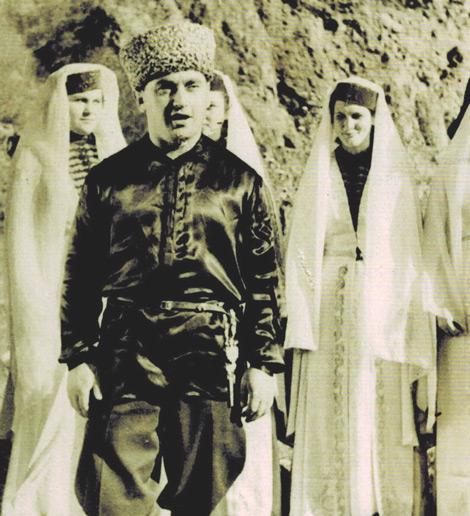 На сцене в составе ансамбля «Домбай» в 60-годы