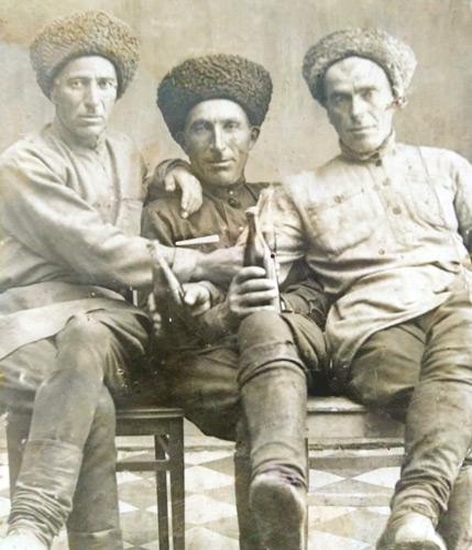 Харун (слева) с друзьями перед отправкой на фронт