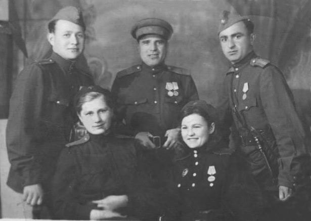 Х. АМИРОКОВ (в центре) среди сослуживцев