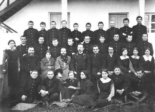 Священники Николаевского собора среди гимназистов ст. Баталпашинской