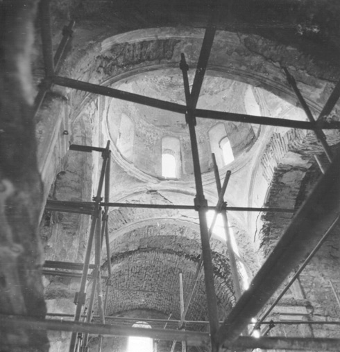 Вид снизу на барабан Среднего храма, 1986 г.