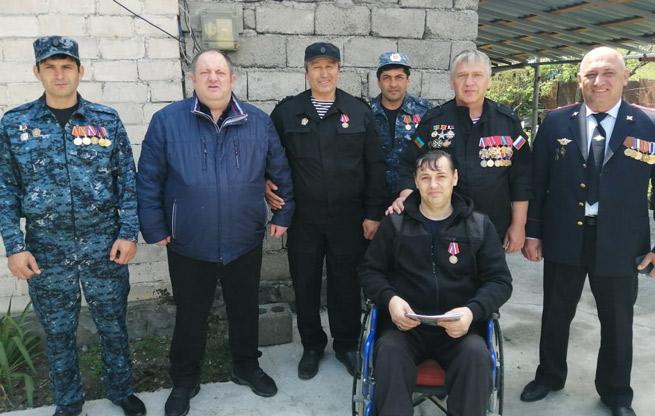 Вручение инвалидной коляски инвалиду первой группы - пенсионеру ОВД С. УСИКОВУ
