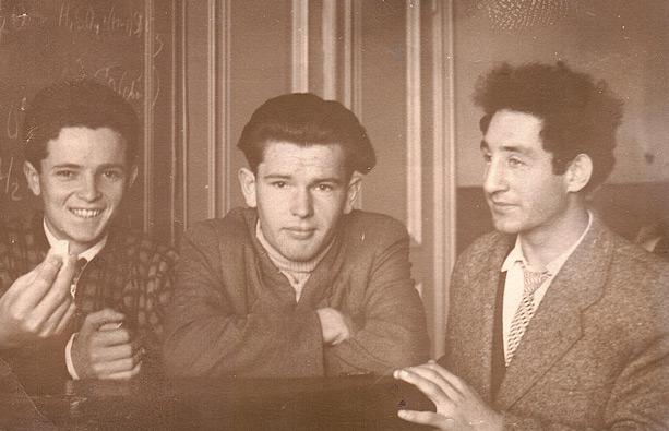 Конечно, читатель хочет узнать, кто есть кто на фото. Саша Хенкин - слева, с мелом в руке, с ясной улыбкой. Имя парня в центре - забыто. А мой папа стоит вполоборота, крайний справа, с черной шевелюрой, молодой, вдохновенный, живой навсегда…