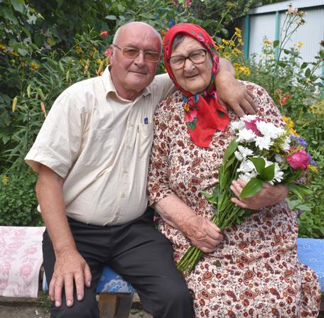Долгожительница из станицы Исправной Мария Мефодьевна ЛЫСИНА с сыном Д. МАРТЫНЕНКО