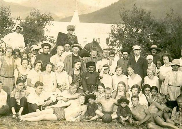 Зекерья КУБЕКОВ (в центре) с группой отдыхающих - «курсовиков» из семей членов совнаркома