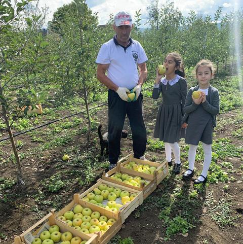 Садовод Аслан Абайханов со своими любимыми внучками