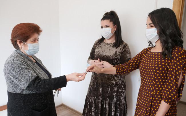 Заведующая общежитием № 1 Зухра Токова вручает новые ключи от отремонтированных комнат студенткам вуза