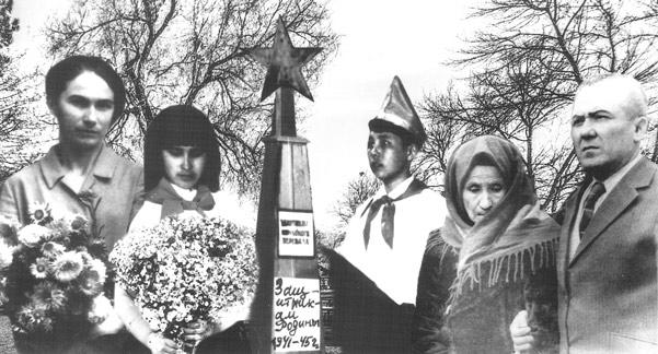 Возле могилы погибших партизан в Марухском ущелье, 1976 год (слева направо: Насипхан Даулова, Майя Джемалиева, супруга Баубека Мижева - Аминат Мижева, Магомет Киримов - автор пьес)