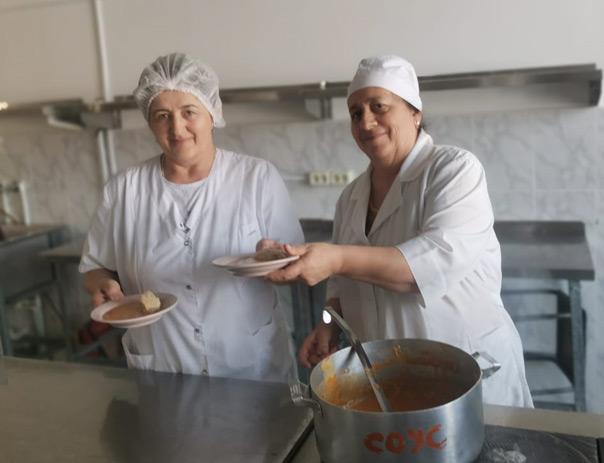 Повара общеобразовательного лицея-интерната а. Хабез Аминат Гозгешева (справа) и Жанна Орзалиева