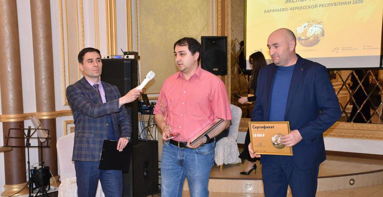 Зам. министра сельского хозяйства Хусей ИЖАЕВ награждает главного технолога ООО «Аквалайн экспорт» Марата ГЕРГЕВА