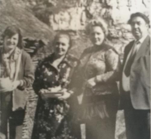 Космонавт Валентина Терешкова (слева) и Людмила Волкова (вторая справа) с семьёй Коркмазовых