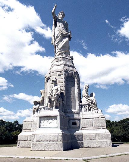 Монумент отцам-пилигримам. Фигура «Свободы» на переднем плане - в шлеме и с мечом в руках