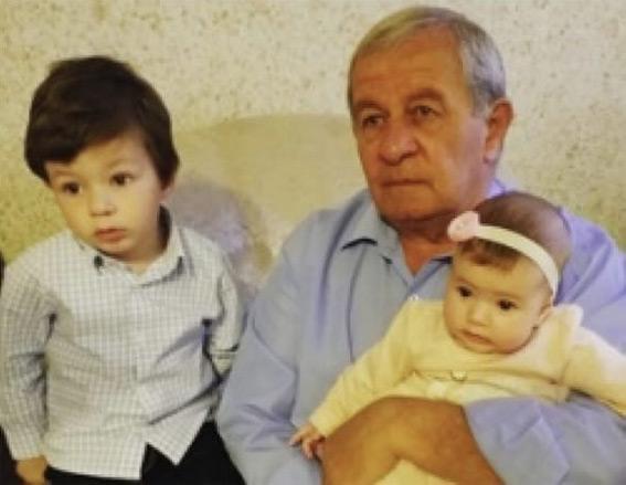 Виталий ДАРМАВА с внуками