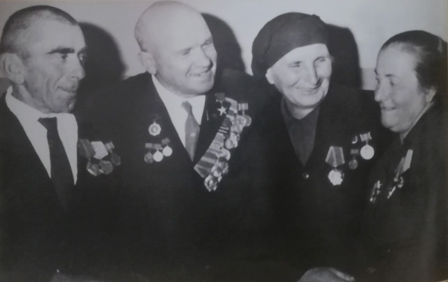 Пата со своими колхозниками, кавалерами орденов Ленина: Умаром Папшуовым, Кулиц Папшуовой, Марьян Абидоковой