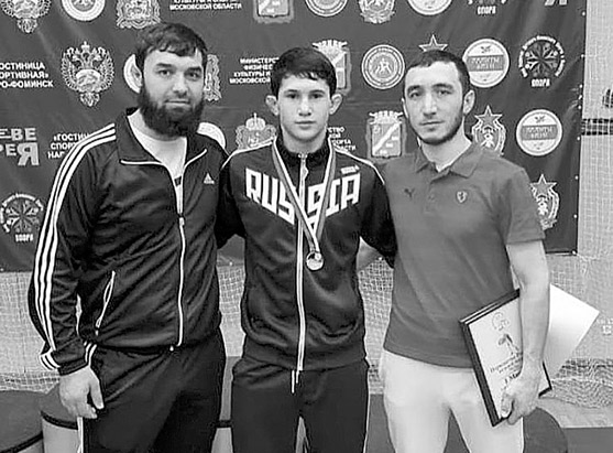 (в центре) чемпион России по вольной борьбе среди юношей А. КЕРЕЙТОВ