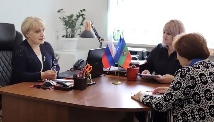Начальник управления культуры Ляля ТЕКЕЕВА обсуждает вопросы культуры с сотрудниками управления Юлией ТАРАНОВОЙ и Ольгой УГНИВЕНКО